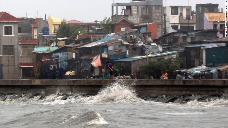 Chùm ảnh: Siêu bão Koppu khiến 20.000 người phải di tán - Ảnh 2