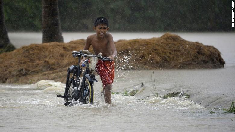 Chùm ảnh: Siêu bão Koppu khiến 20.000 người phải di tán - Ảnh 9