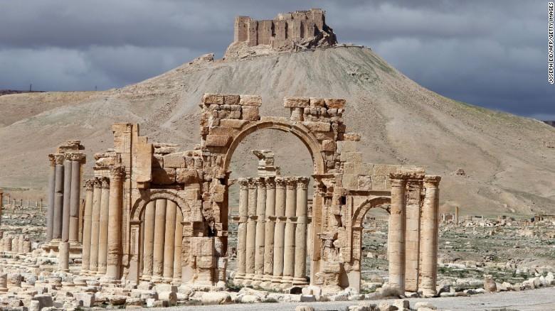 IS đánh sập Khải hoàn môn 1.800 năm tuổi tại Syria - Ảnh 1