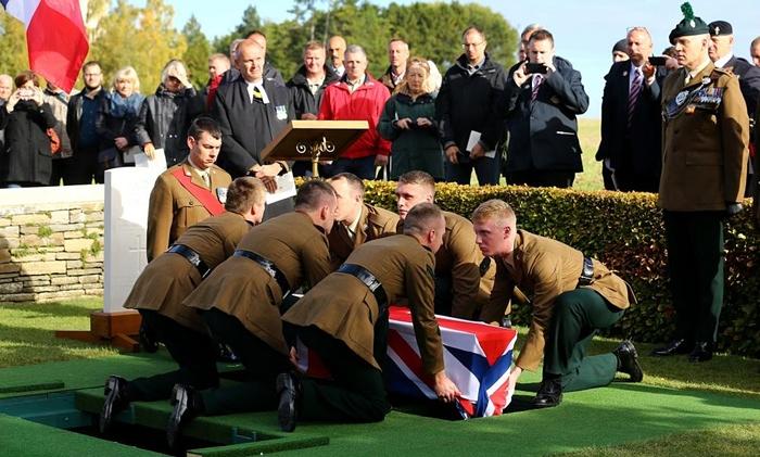Người lính Anh được chôn cất sau 100 năm tử trận - Ảnh 1