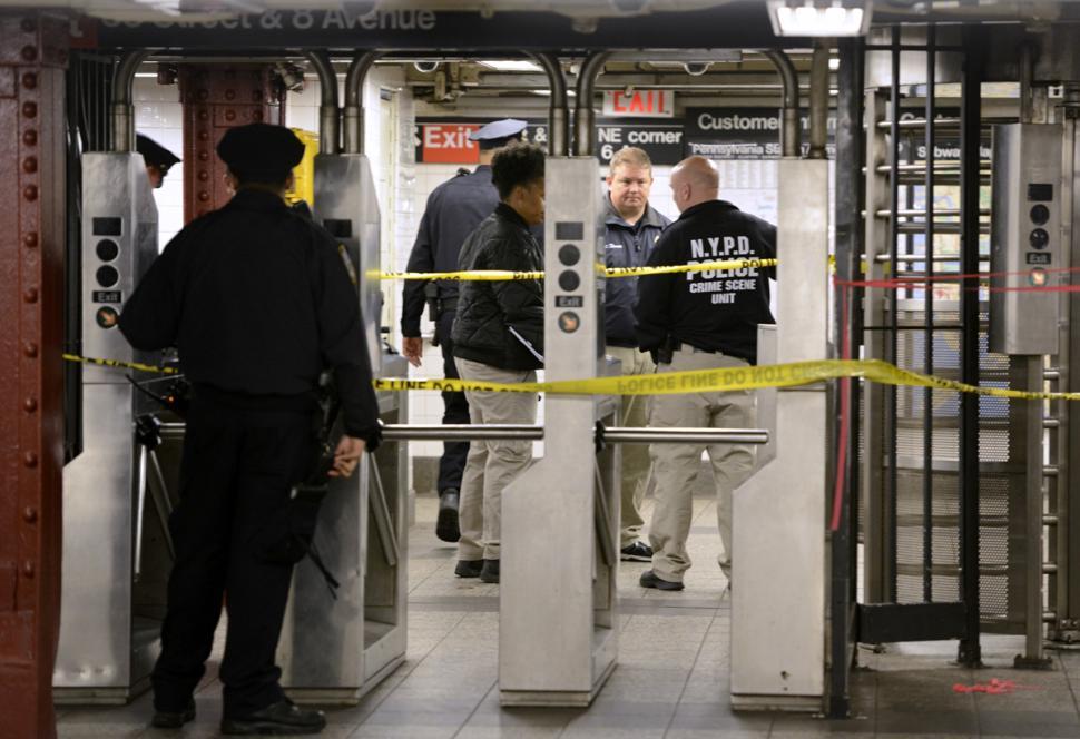 Mỹ: Nổ súng ngay tại trung tâm New York, 3 người thương vong - Ảnh 3