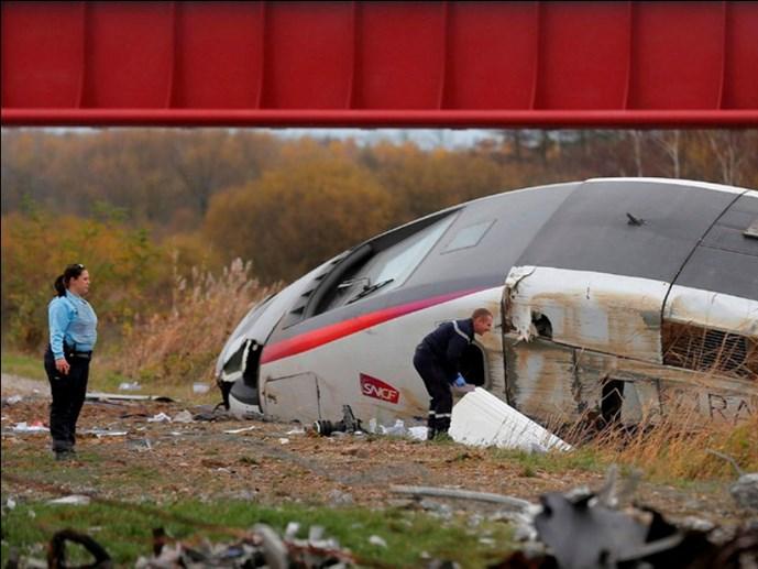 Pháp: Tàu cao tốc trật bánh, hơn 40 người thương vong - Ảnh 1