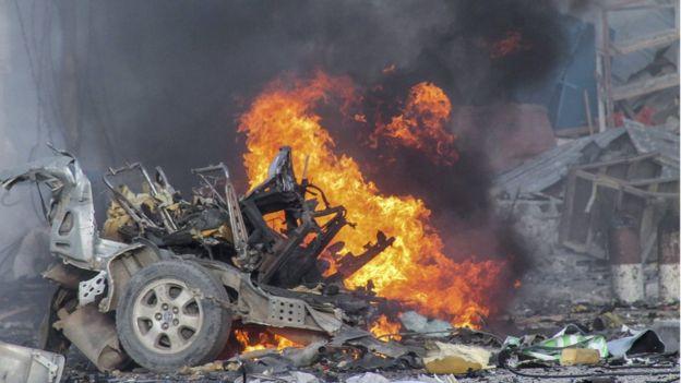 Tấn công khách sạn Somalia bằng bom xe, 15 người thiệt mạng - Ảnh 1