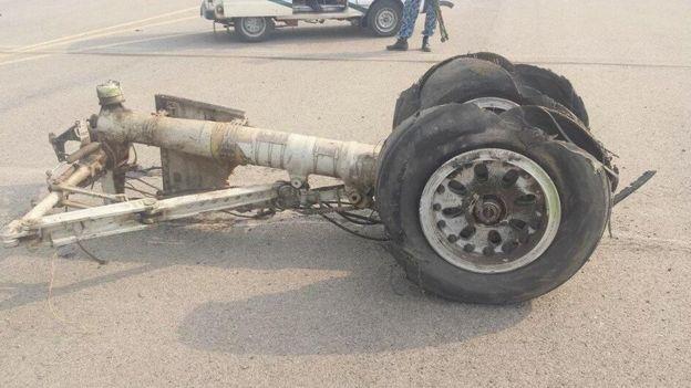 Nổ lốp máy bay, 100 người lao ra khỏi đường băng - Ảnh 2