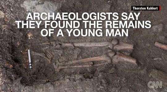 Cây trăm tuổi bật gốc, phát hiện hài cốt 1.000 năm  - Ảnh 2