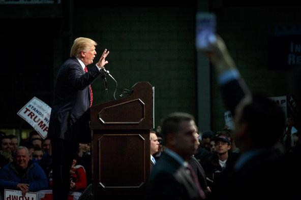 """Donald Trump khoe """"cái ấy"""" không hề nhỏ ngay trên sóng truyền hình - Ảnh 1"""