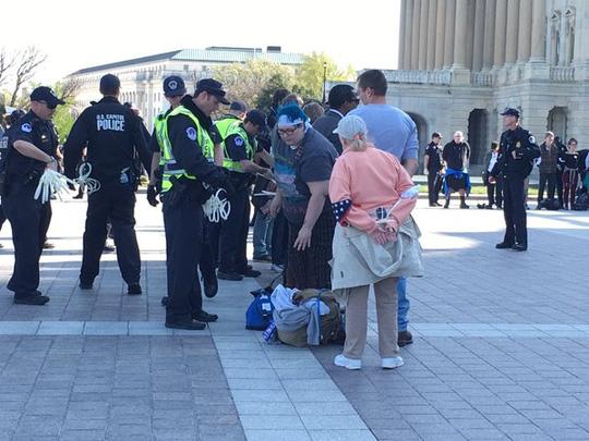 Mỹ bắt giữ hơn 400 người biểu tình gần tòa nhà Quốc hội - Ảnh 2