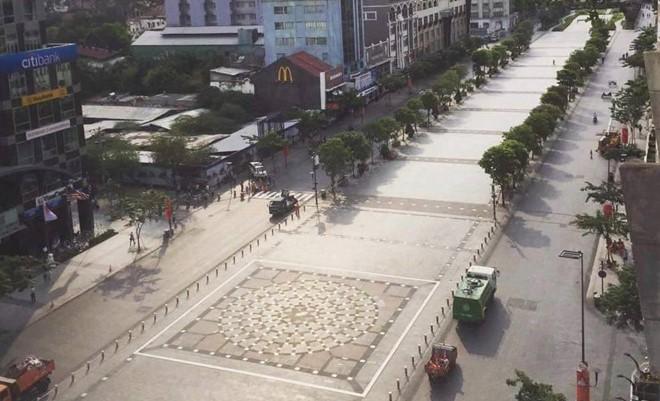 Phố đi bộ Nguyễn Huệ tạm dừng hoạt động để sửa chữa - Ảnh 1