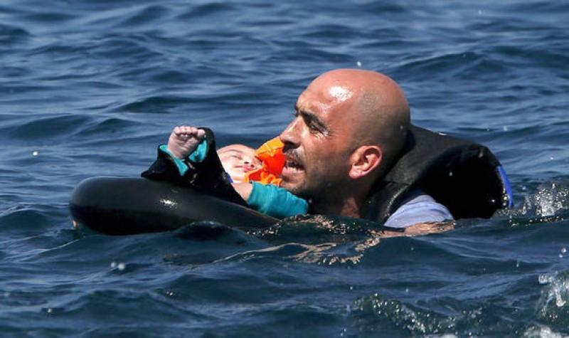 Ảnh bé tị nạn chết đuối gây xúc động dư luận - Ảnh 2
