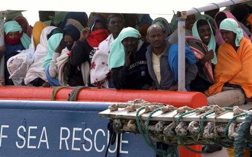 Italy cứu 1.800 người di cư ở biển Địa Trung Hải - Ảnh 1