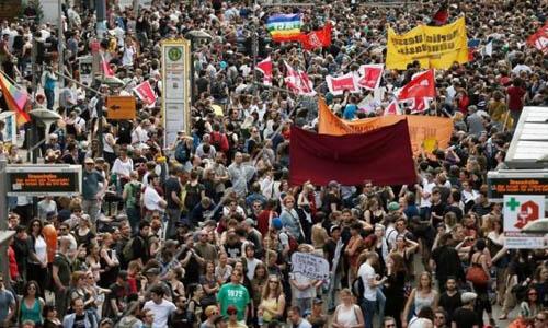 Gần 2.000 người biểu tình yêu cầu Thủ tướng Đức từ chức - Ảnh 1