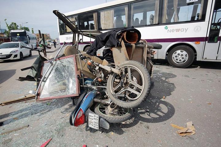 Tai nạn liên hoàn trên đường Hà Nội, 3 người bị thương nặng - Ảnh 1