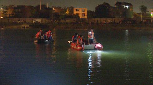 Trắng đêm tìm nam sinh lớp 11 đuối nước - Ảnh 1