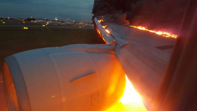 Boeing 777 chở 241 người bốc cháy sau khi hạ cánh tại Singapore - Ảnh 1