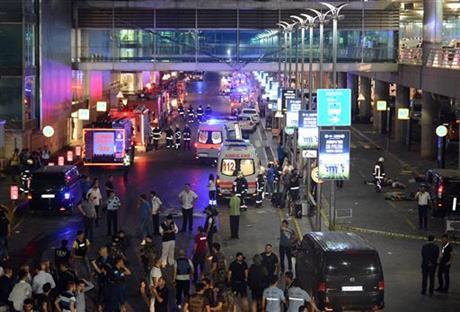 Đánh bom liều chết sân bay Thổ Nhĩ Kỳ, gần 50 người thiệt mạng - Ảnh 1
