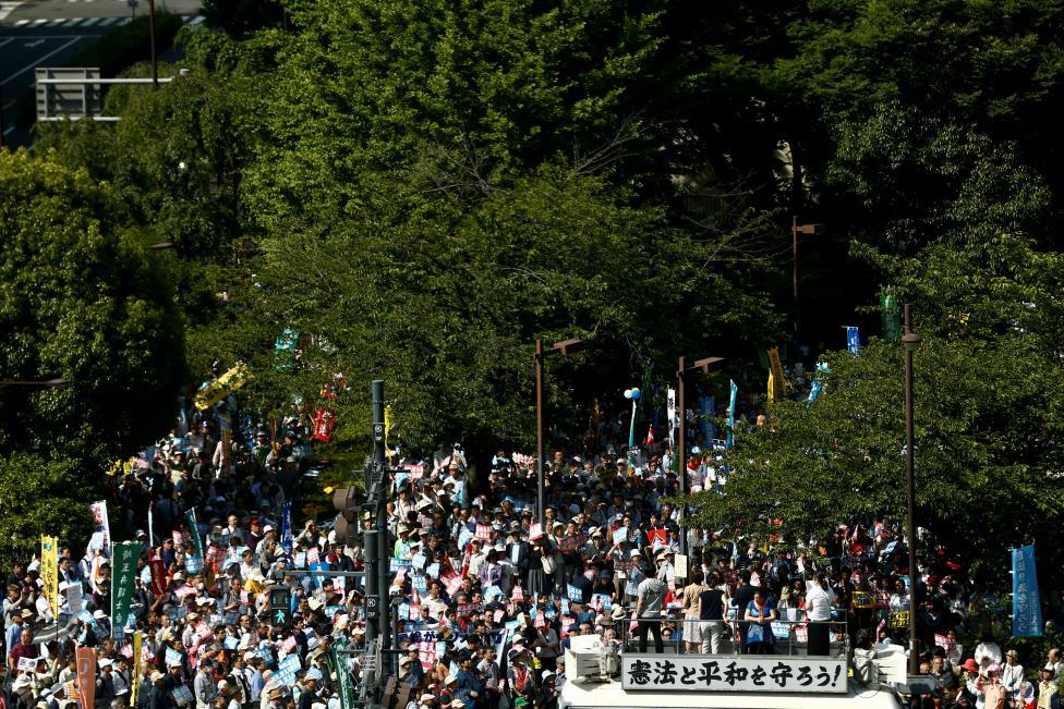 Nhật Bản: Hàng nghìn người biểu tình đòi Thủ tướng Abe từ chức - Ảnh 1