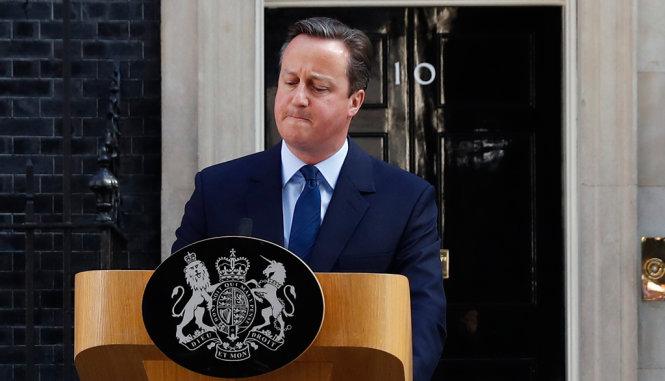 Thủ tướng Anh vừa đi vừa hát sau tuyên bố từ chức - Ảnh 1