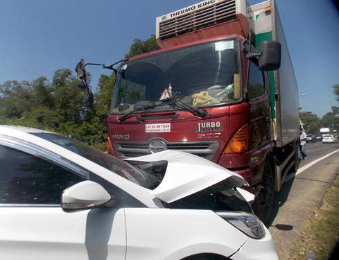 Tai nạn liên hoàn vì ô tô… giảm tốc khi qua khu vực thi công trên QL1A - Ảnh 2