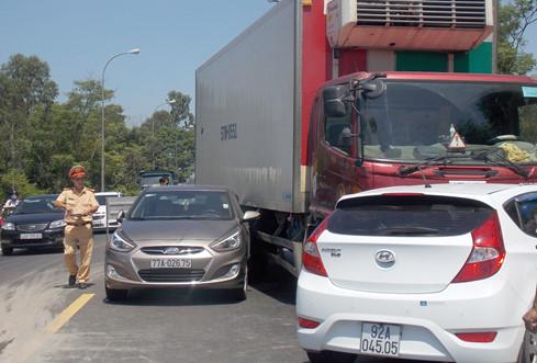 Tai nạn liên hoàn vì ô tô… giảm tốc khi qua khu vực thi công trên QL1A - Ảnh 4