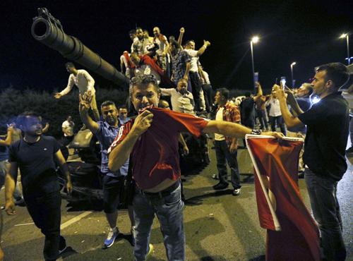 Thổ Nhĩ Kỳ công bố video xe tăng quân đảo chính tấn công người dân - Ảnh 1