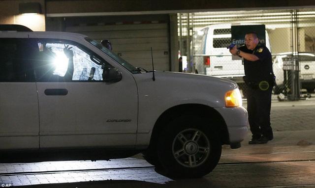 Hé lộ video nghi phạm sát hại dã man cảnh sát Dallas, Mỹ - Ảnh 1