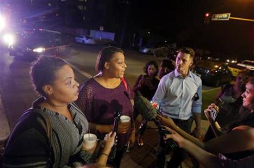 Bà mẹ trúng đạn vì che cho con trong vụ bắn tỉa cảnh sát Mỹ - Ảnh 1