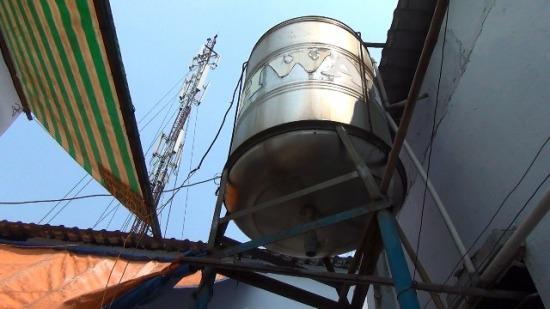 Một chủ nhà trọ tử vong vì bị điện giật khi sửa bồn nước - Ảnh 1