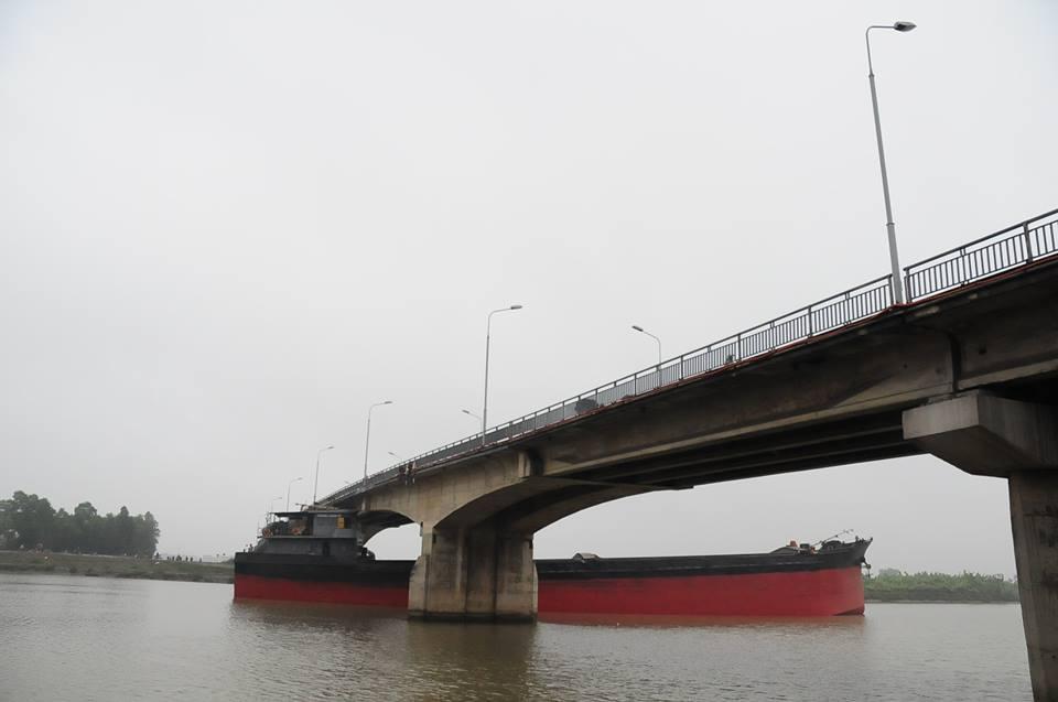 Cầu An Thái bị húc gãy dầm: Ô tô dưới 16 chỗ được phép lưu thông - Ảnh 1
