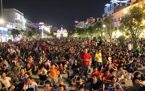 Cấm tổ chức ăn uống, tụ tập mất trật tự ở phố đi bộ Nguyễn Huệ - Ảnh 1