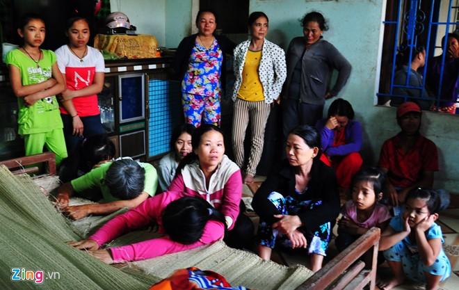 Miền quê nghèo hắt hiu trong đám tang 9 học sinh đuối nước - Ảnh 3