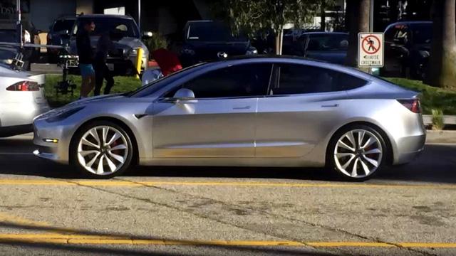 Tesla Model 3 lần đầu tiên xuất hiện trên đường phố - Ảnh 1