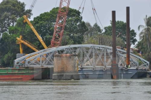 Bảo đảm an toàn giao thông đường thủy khu vực thi công cầu Ghềnh - Ảnh 1