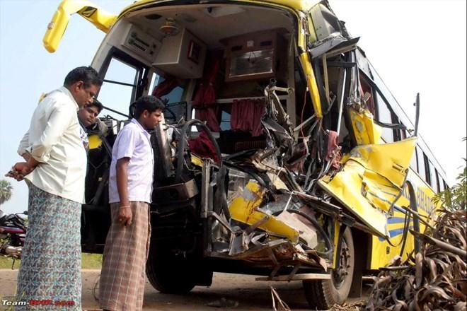 Ấn Độ: Xe buýt đâm xe tải, 19 học sinh thương vong - Ảnh 1