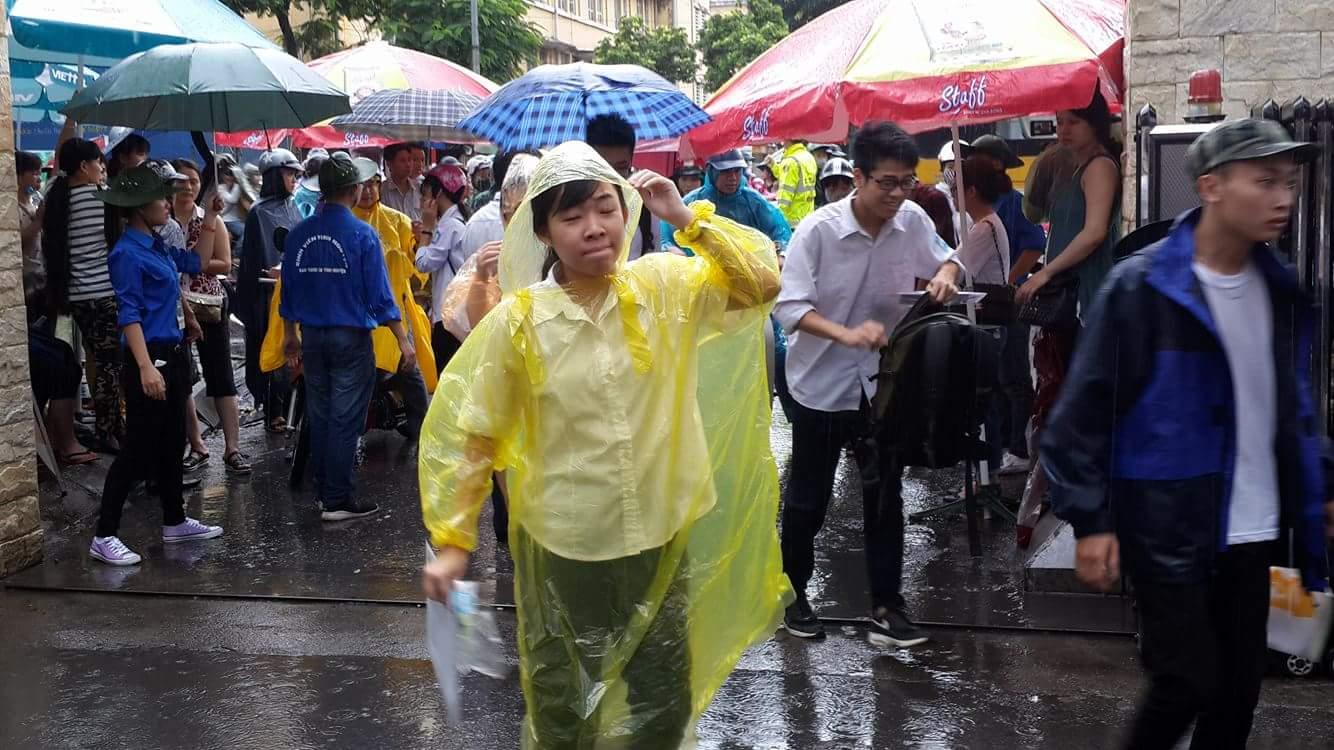 Thí sinh, phụ huynh đội mưa tới điểm dự thi - Ảnh 5