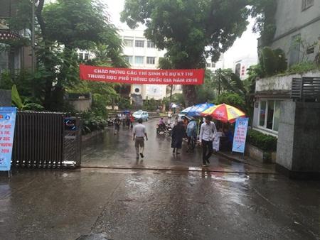 Thí sinh, phụ huynh đội mưa tới điểm dự thi - Ảnh 9