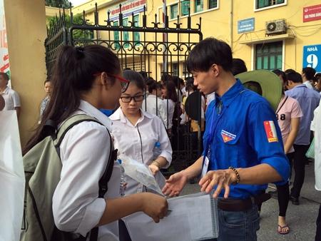 Thí sinh cả nước bắt đầu môn thi đầu tiên kỳ thi THPT quốc gia 2016 - Ảnh 7