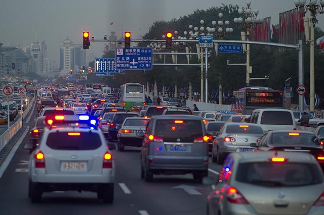 Trung Quốc hủy lệnh phạt vượt đèn vàng sau 1 tuần áp dụng - Ảnh 1