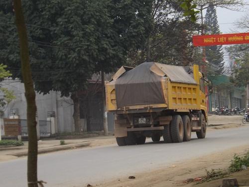 """Thanh Hóa: Xe quá tải """"cày ải"""" đường mòn Hồ Chí Minh - Ảnh 2"""