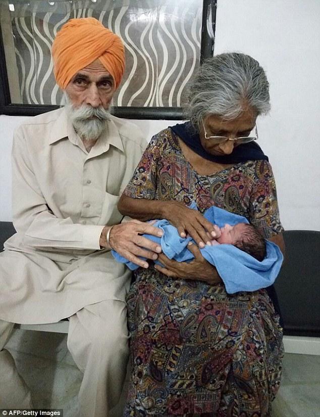 Bà mẹ già nhất thế giới đón đứa con đầu tiên sau 46 năm kết hôn - Ảnh 1