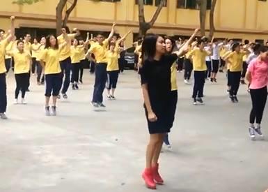 Học sinh Hà Nội tập thể dục trên nền nhạc EDM sôi động - Ảnh 1