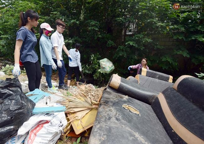 Theo chân ông Tây lội mương nhặt rác ở Hà Nội - Ảnh 11