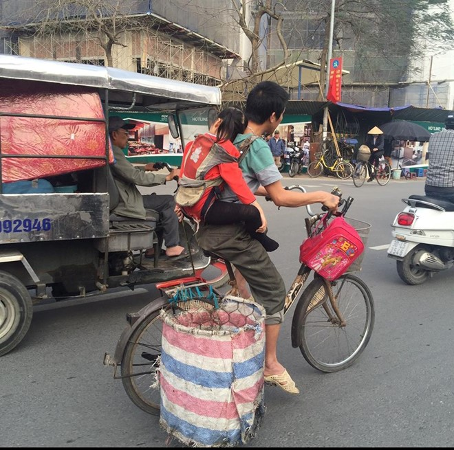 Người cha địu con đạp xe đi nhặt rác gây xúc động - Ảnh 2