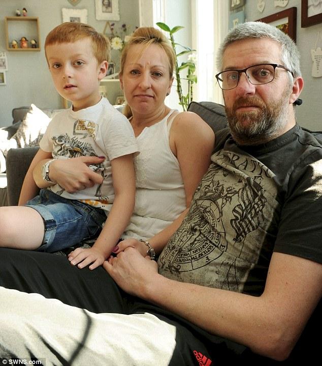 Cậu con trai 7 tuổi hàng ngày buộc dây giày cho người cha mất trí gây xúc động - Ảnh 2