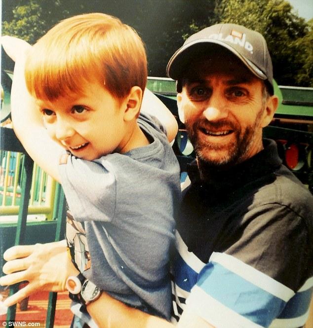 Cậu con trai 7 tuổi hàng ngày buộc dây giày cho người cha mất trí gây xúc động - Ảnh 3