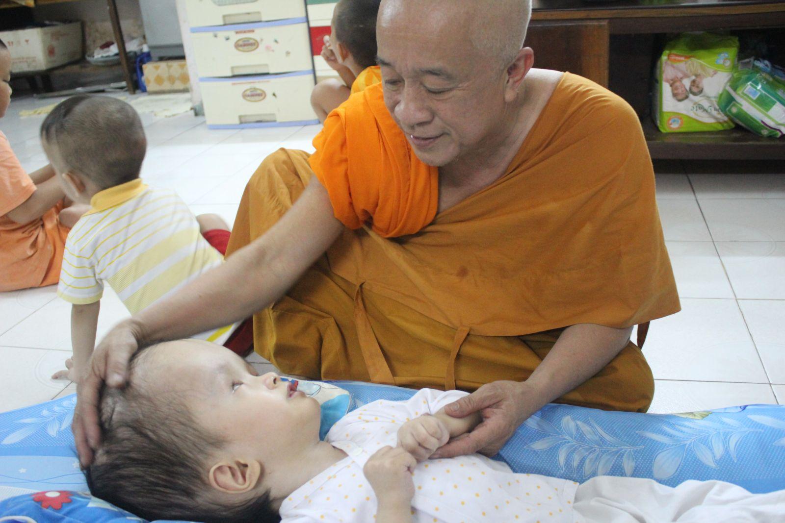 Tấm lòng nhân ái của vị sư trụ trì xây tổ ấm cho trẻ em lang thang - Ảnh 2