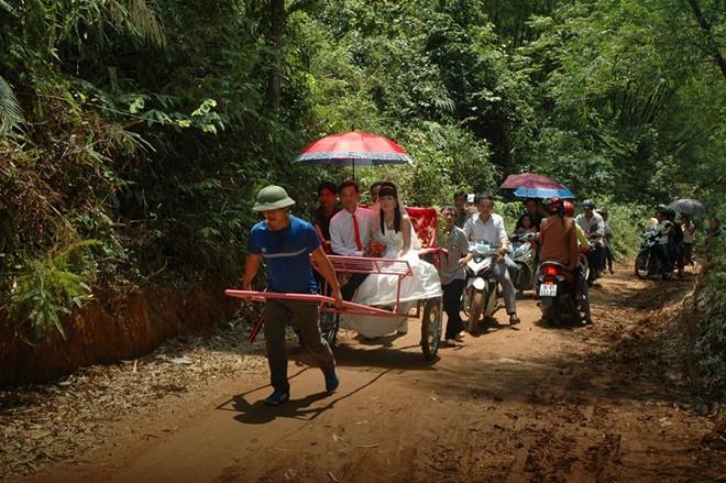 Màn rước dâu bằng xe người kéo ở Thanh Hoá gây bất bình - Ảnh 2