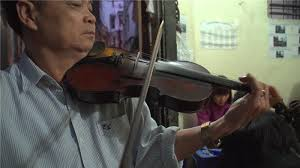 """Ông chủ quán ốc """"khùng"""" và tiếng đàn violin mê đắm lòng người - Ảnh 2"""