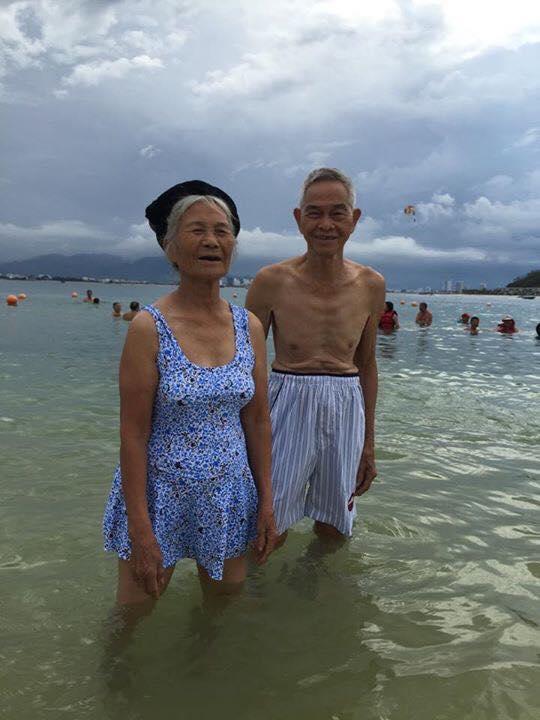 Bộ ảnh cụ ông nắm tay cụ bà tắm biển khiến dân mạng ngưỡng mộ - Ảnh 3