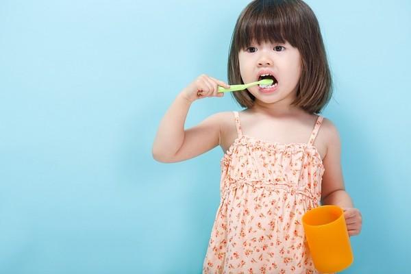 Kinh nghiệm hay của một bà mẹ tập cho bé đánh răng - Ảnh 1