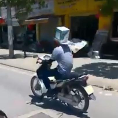 Chàng trai đội thùng carton giữa trưa nắng tại Hà Nội - Ảnh 1